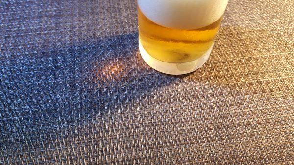 キリン「のどごしSTRONG」を飲むところ(オリジナル写真)