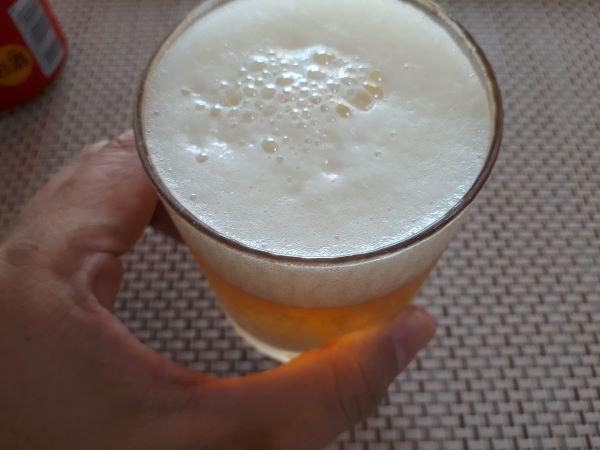 キリン「本麒麟」を飲むところ(オリジナル写真)