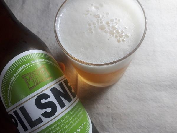 箕面ビール ピルスナーをグラスに注いだところ