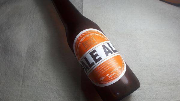 箕面ビールの瓶が横たわっている