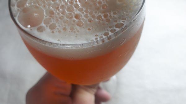 箕面ビールペールエールを飲むところ