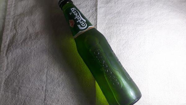 カールスバーグの瓶が横たわっている