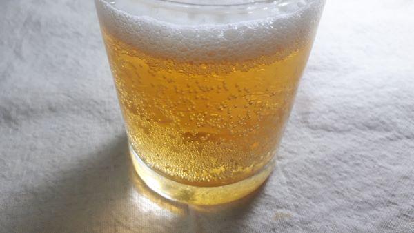 カールスバーグをグラスに注いだ様子