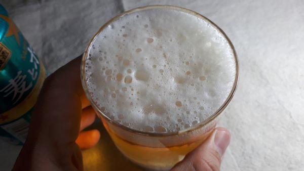 サッポロ「麦とホップ 爽の香(そうのかおり)」を飲むところ