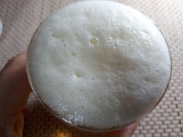 サッポロ「麦とホップ 夏づくり」を飲むところ