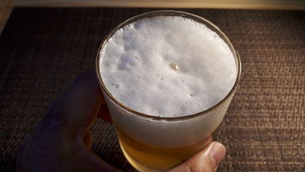 サントリー 新「THE BREW ザ・ブリュー」を飲むところ(オリジナル写真)