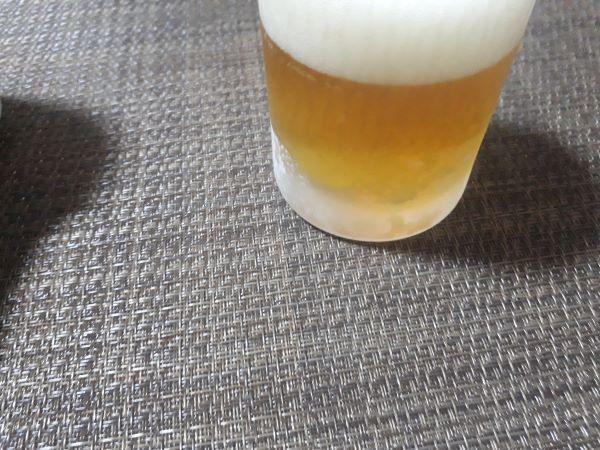 サントリーオールフリーを飲むところ(オリジナル写真)