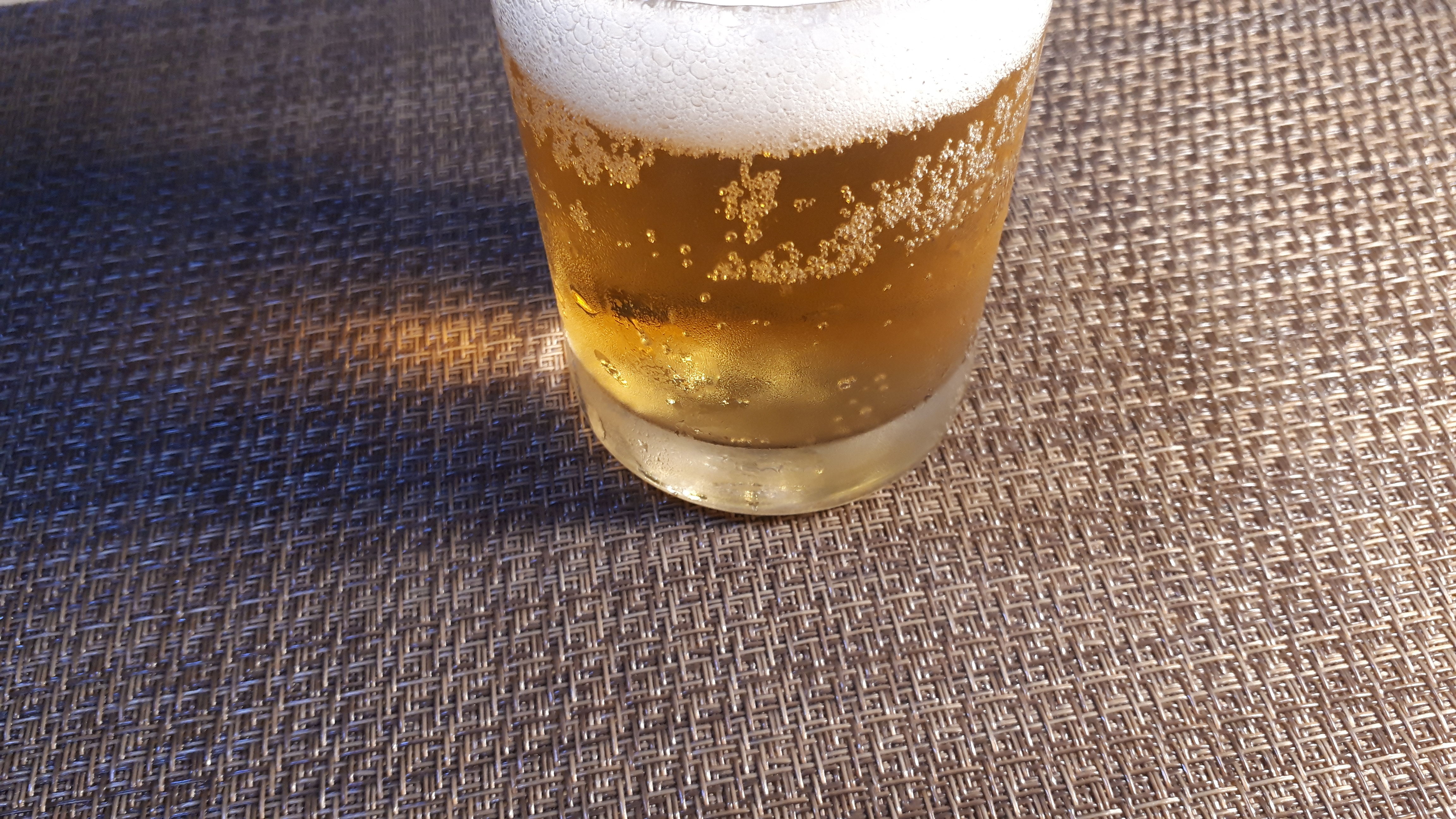 セブンプレミアム「上富良野 小丹枝さんと大角さんのホップ畑から」第3弾を飲むところ(オリジナル写真)