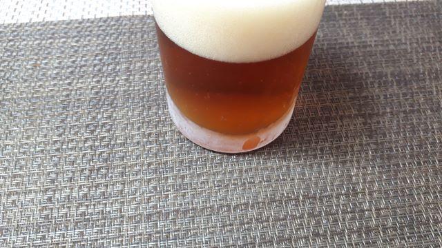 サッポロ「麦とホップ<赤>」を飲むところ(オリジナル写真)