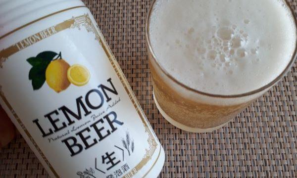 レモンビールを注いだ