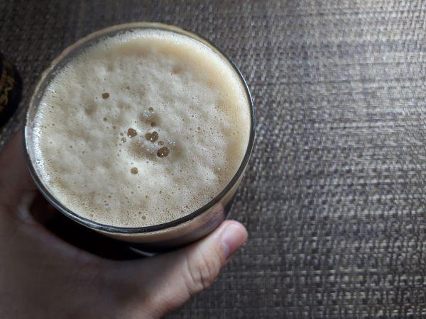 サッポロ黒ビールを飲んでいる
