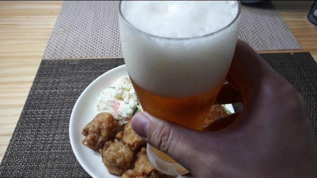 サッポロ「銀座ライオンビヤホール スペシャル」を飲むところ(オリジナル写真