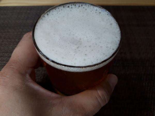 ローソンビールの呼び名で親しまれている「ゴールドマスター」を飲むところ(オリジナル写真)