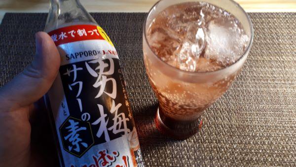 【男梅サワーの素】コンビニ先行販売500ml瓶を飲むところ(オリジナル写真)