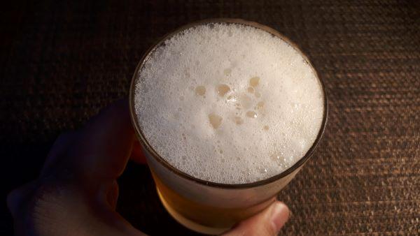 アサヒ「ヘルシースタイル」を飲むところ(オリジナル写真)