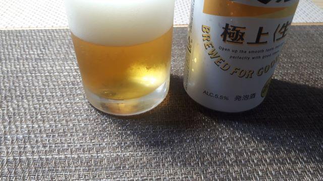 キリン「淡麗極上<生>」を飲むところ(オリジナル写真)