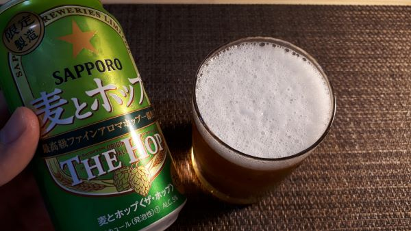 麦とホップ「THE HOP<ザ・ホップ>」を飲むところ(オリジナル写真)