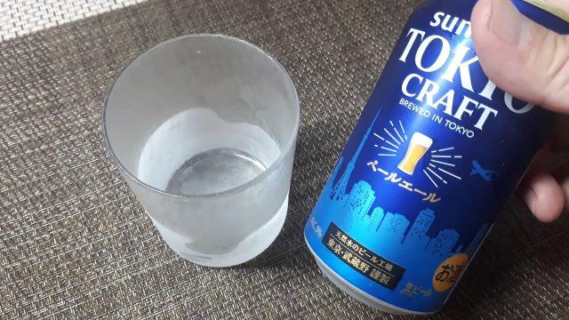 サントリー「TOKYO CRAFT(東京クラフト)PALE ALE 2021」を飲むところ(オリジナル写真)