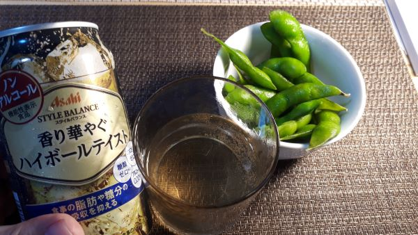 アサヒ スタイルバランス「香り華やぐ ハイボールテイスト」を飲むところ(オリジナル写真)