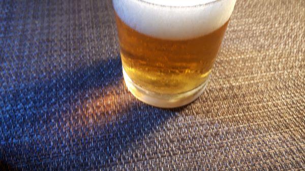 サントリー「金麦 <香り爽やか> エールタイプ」を飲むところ(オリジナル写真)