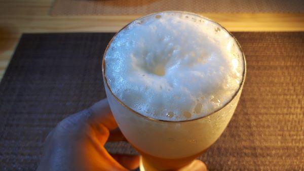 オリオンビール「夏いちばん」を飲むところ(オリジナル写真)