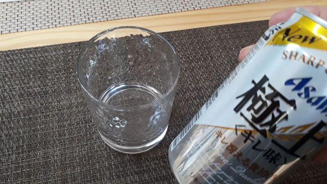 アサヒ「極上<キレ味>」を飲むところ(オリジナル写真)