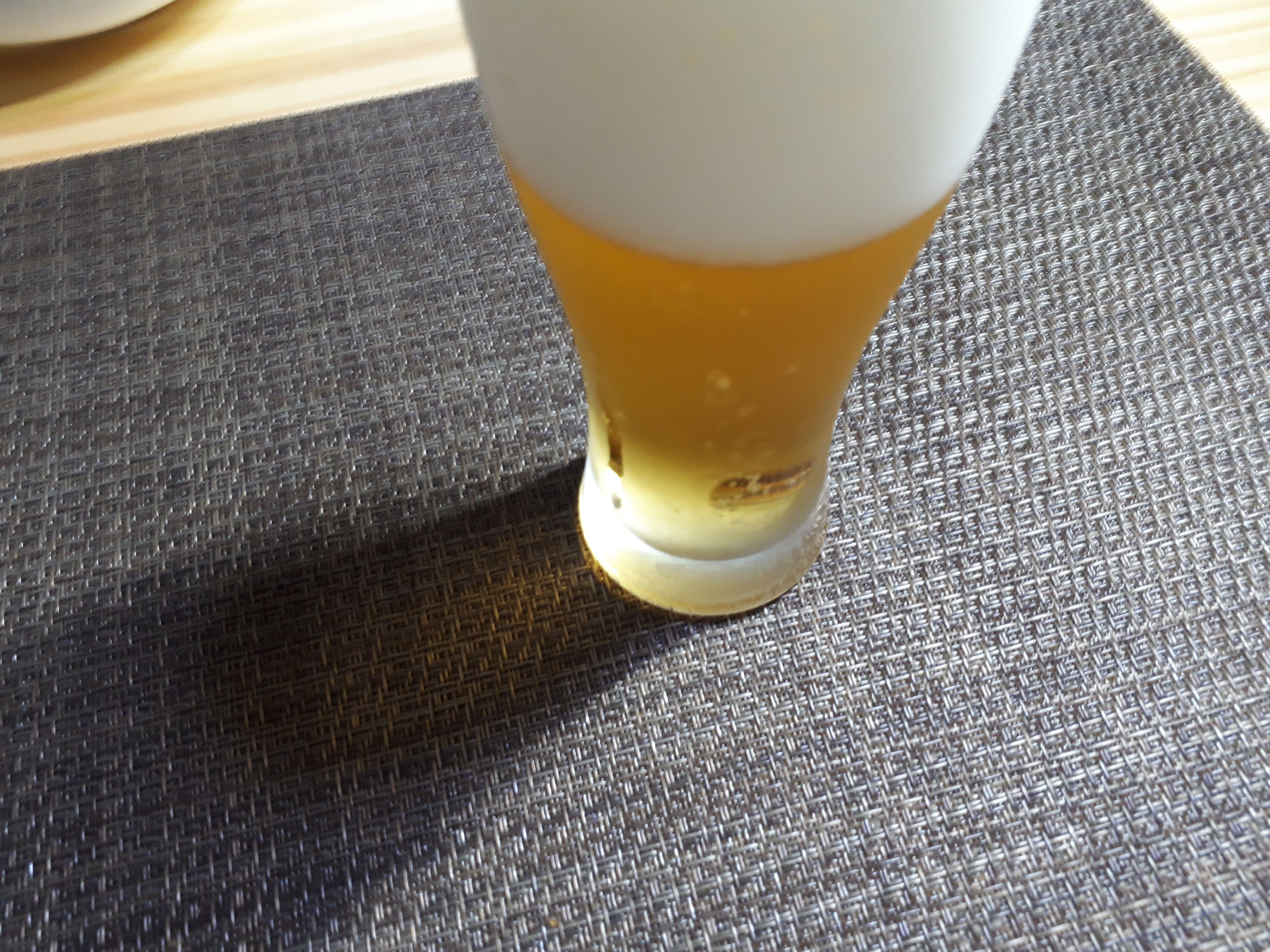 「キリン・ザ・ホップ 香りの余韻」を飲むところ(オリジナル写真)