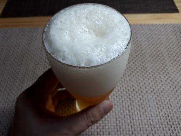 サッポロ「至福の苦み」を飲むところ(オリジナル写真)