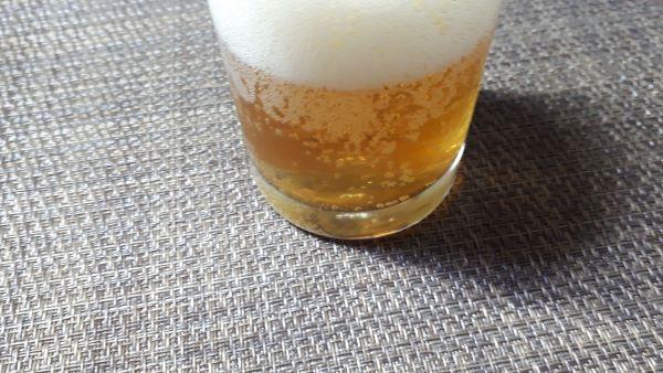 セブンプレミアム「岩手県岩手町三浦さん親子のホップ畑から」を飲むところ(オリジナル写真)