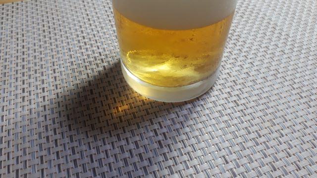 キリン「一番搾り とれたてホップ生ビール」を飲むところ(オリジナル写真)