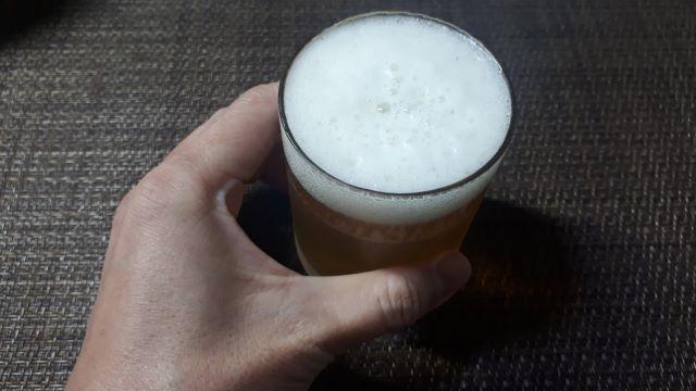 ヱビスプレミアムホップブレンドを飲むところ(オリジナル写真)