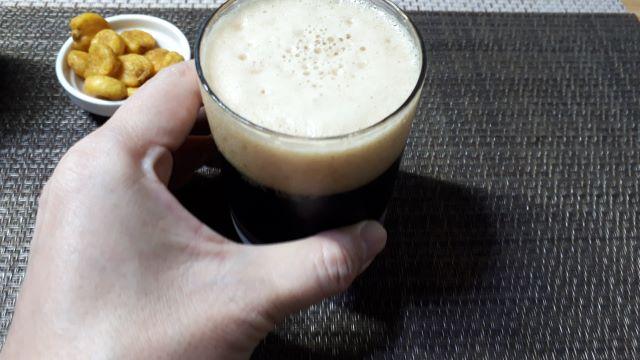サッポロ「ヱビス プレミアムブラック」を飲むところ(オリジナル写真)