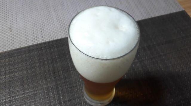 サッポロ&ファミリーマート「開拓使麦酒仕立て」を飲むところ(オリジナル写真)