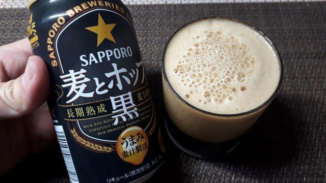 サッポロ「麦とホップ<黒>」を飲むところ(オリジナル写真)