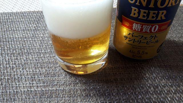 パーフェクトサントリービールを飲む(オリジナル写真)