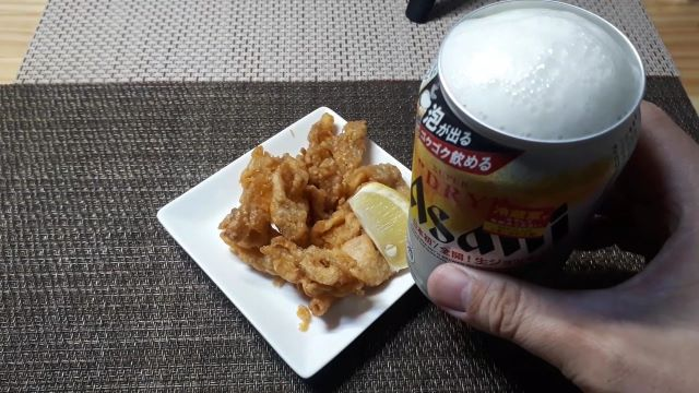 生ジョッキ缶 アサヒ スーパードライ を飲む(オリジナル写真)
