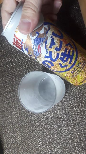 キリン「のどごし<生>」を飲むところ(オリジナル写真)