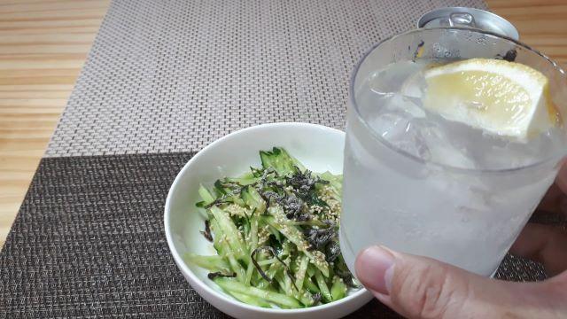 サッポロ「濃いめのレモンサワー」を飲むところ(オリジナル写真)