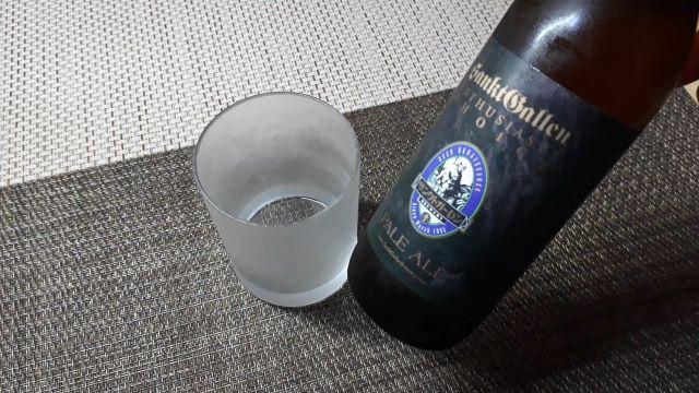 サンクトガーレン・ペールエールを飲むところ(オリジナル写真)