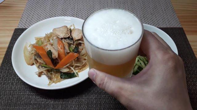 「ジューシーIPA」を飲むところ(オリジナル写真)