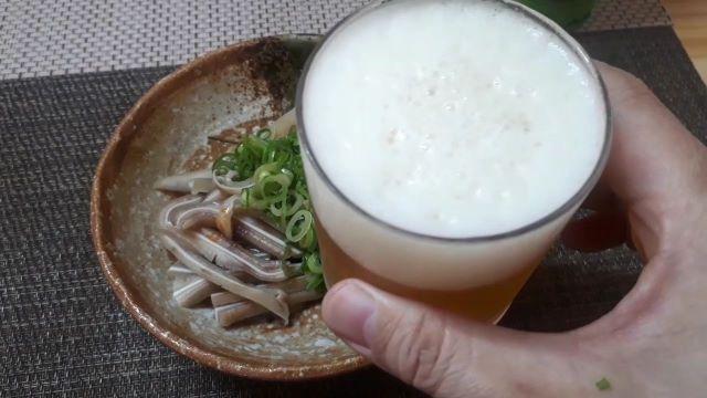 オリオンビール「75BEER IPA(アイピーエー)」を飲むところ(オリジナル写真)