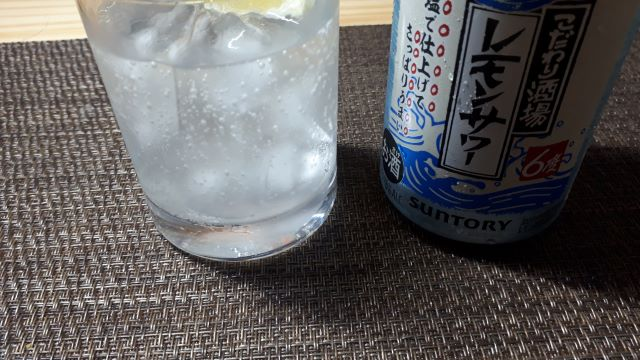 サントリー「こだわり酒場のレモンサワー〈夏の塩レモン〉」を飲むところ(オリジナル写真)